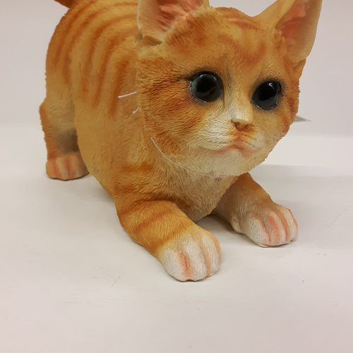 Beeldje van een levensechte rode kat of kater