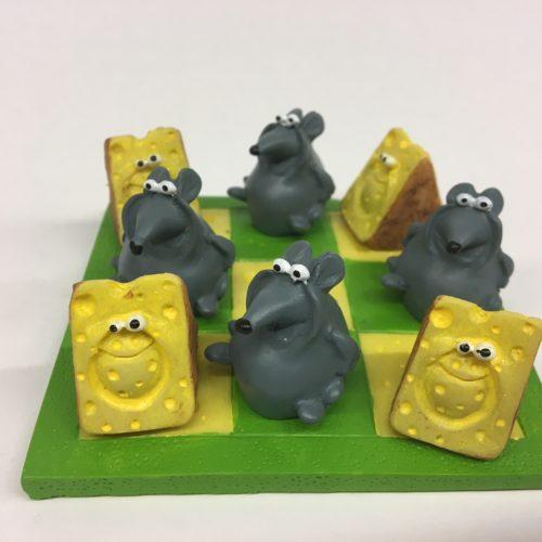 Spelletje boter kaas en eieren met muizen en kaasblokjes