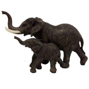 Beeld olifant met jong kalfje naast levensecht