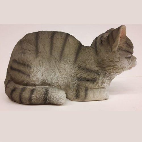 Beeldje kat slapend met gesloten oogjes grijs gestreept