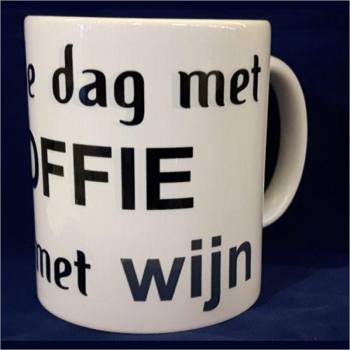 Witte koffiemok Start de dag met koffie eindig met wijn