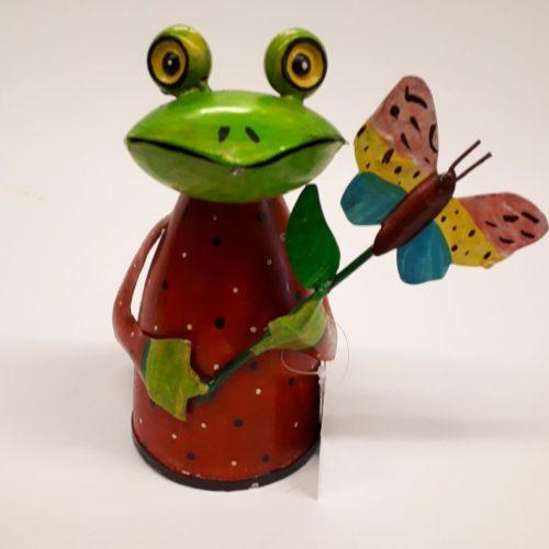 Fairtrade beeldje kikker met vlinder gemaakt van gerecyclede verfblikken