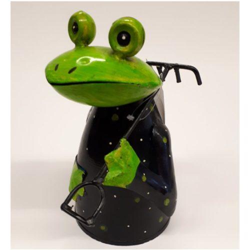 Fairtrade kikker met hark gemaakt van geryclede verfblikken