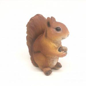 Beeldje eekhoorn met eikel levensecht