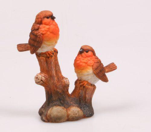Beeldje vogels op boomstronk levensecht