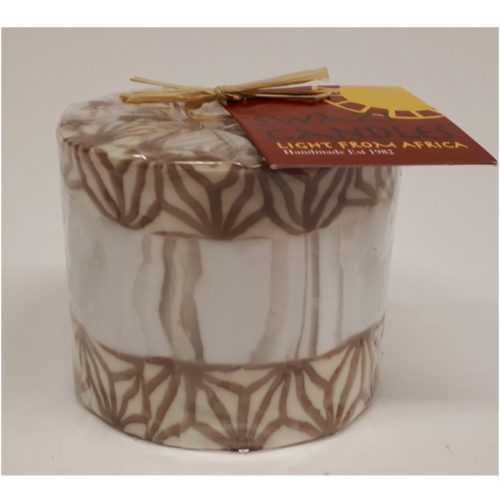 Fairtrade Swazi candle in wit met beige-bruine structuren