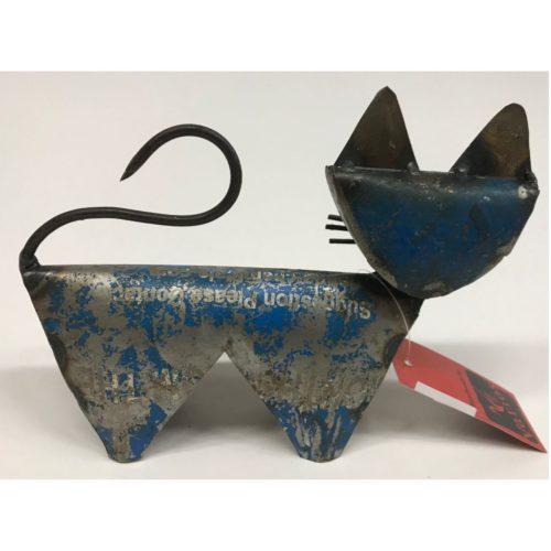 Klein metalen beeldje kat gemaakt van hergebruikte olievaten by Varios
