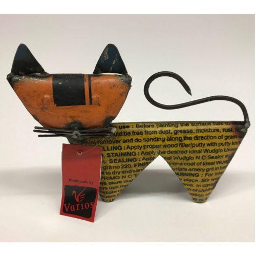 Metalen beeldje kat gemaakt van hergebruikte olievaten met industriële look