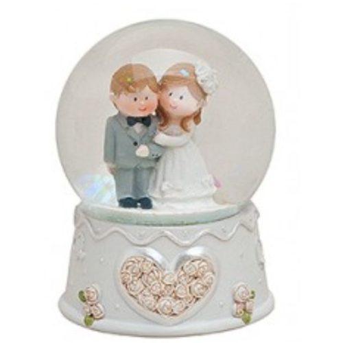 Sneeuwbol huwelijk en bruiloft gearmd paar
