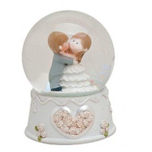 Sneeuwbol huwelijk en bruiloft kussend paar