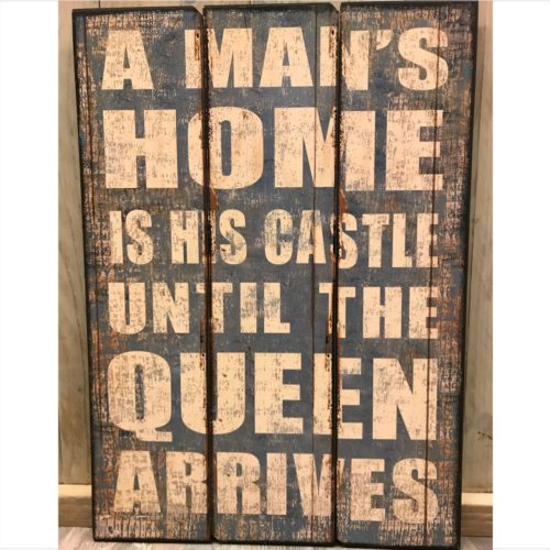Groot tekstbord A mans home is his castle until the queen arrives -50x70cm