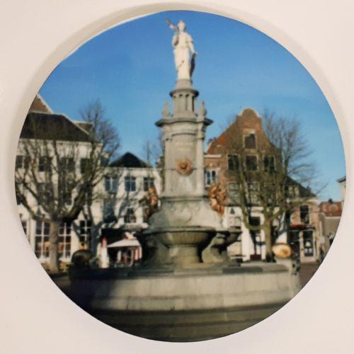 Koelkastmagneet rond met afbeelding Wilhelminafontein op de Brink Deventer