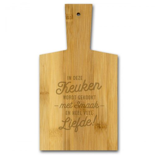 Borrelplank van bamboe met tekst In deze KEUKEN wordt gekookt met liefde