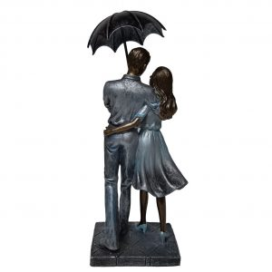 Beeld liefde man en vrouw met paraplu staand