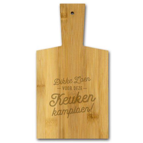 Borrelplank van bamboe met tekst Dikke zoen voor deze Keuken Kampioen