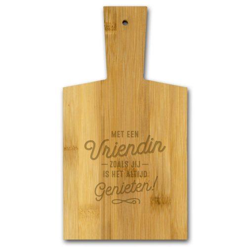 Borrelplank van bamboe met tekst Met een vriendin zoals jij is het altijd genieten
