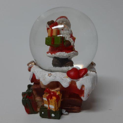 Sneeuwbol schoorsteen kerstman met stapel cadeaus