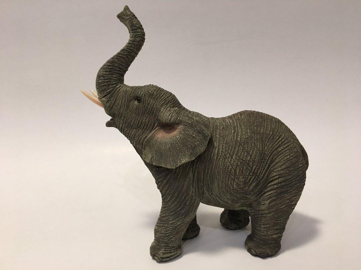 beeldje levensechte olifant met omhoog gestoken slurf