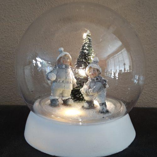 Bol winter tafereel sneeuwpret met kerstboom met LED licht