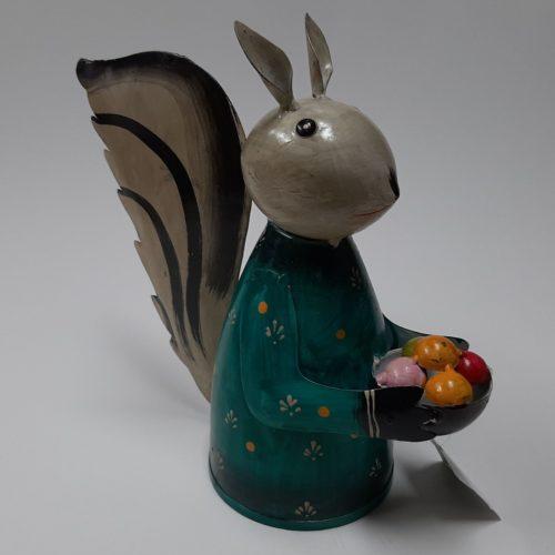 Fairtrade beeld eekhoorn met fruitmand gemaakt van verfblikken