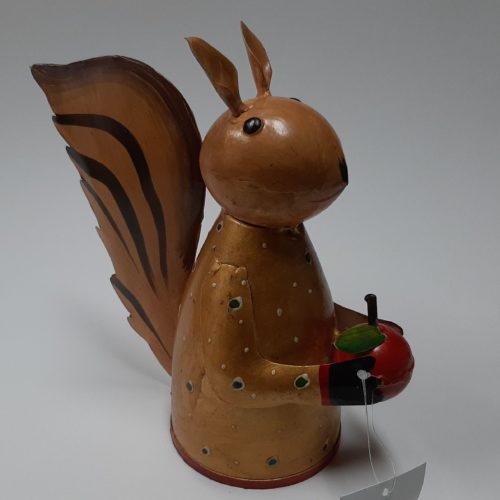 Fairtrade beeld eekhoorn met kers gemakt van verfblikken