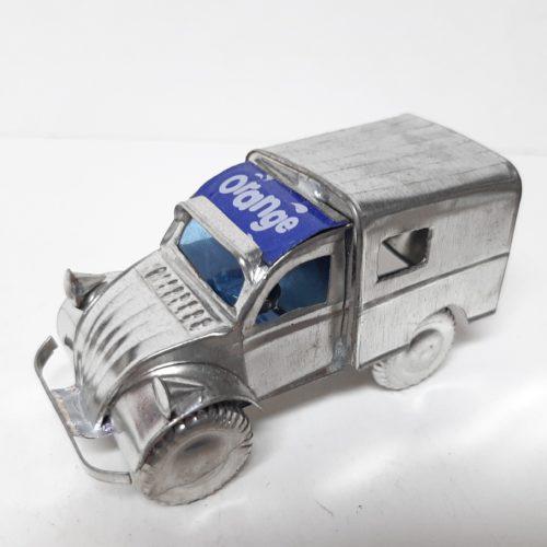 Fairtrade gerecyclede blikken auto Citroen 2CV zilverkleur met frisdrank naam