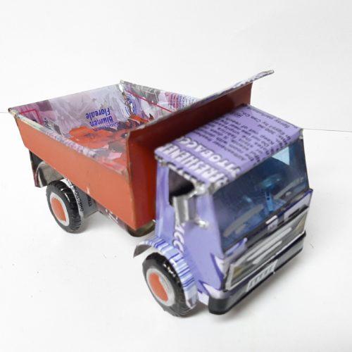 Fairtrade gerecyclede blikken vrachtauto kiepwagen