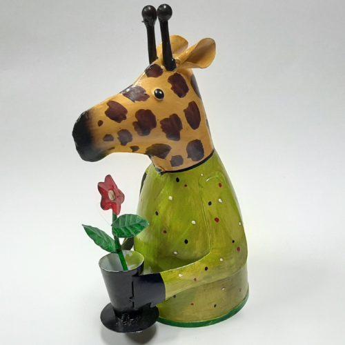 Fairtrade metalen beeldje giraffe met bloem gemaakt van verfblikken