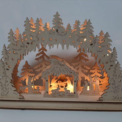 Houten decoratieboog kerstbomen en kerst stal met ledverlichtin