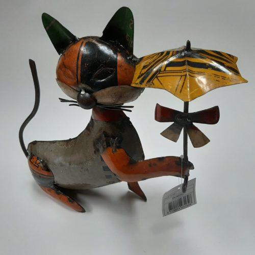 Metalen beeldje kat met paraplu gemaakt van hergebruikte olievaten by Varios