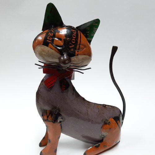 Metalen beeldje kat zittend gemaakt van hergebruikte olievaten by Varios