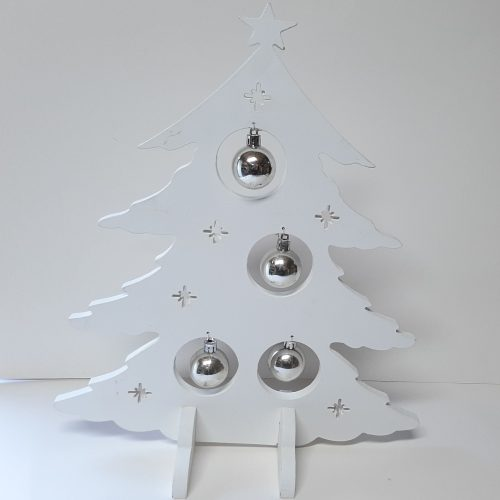 Witte houten kerstboom met zilverkleurige ballen