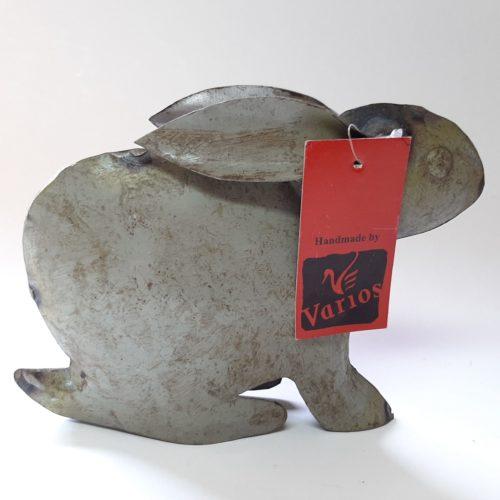 Metalen beeldje konijn olijfgroen-grijs van gebruikte oliedrums by Varios