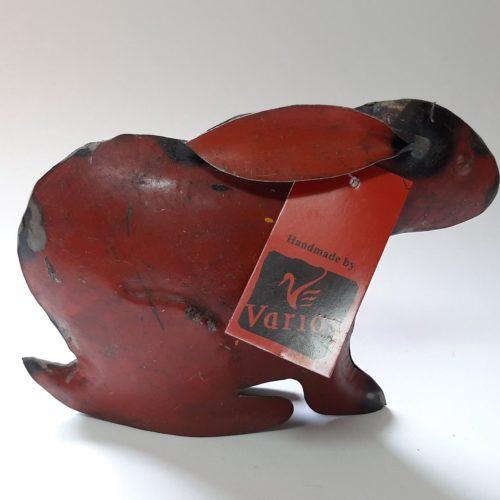 Metalen beeldje konijn rood van gebruikte oliedrums by Varios