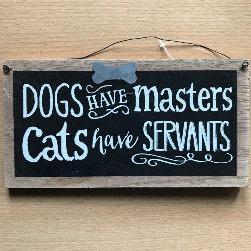 Tekstbord hout Dogs have masters Cats have servants