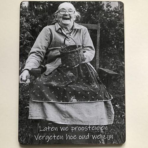 Houten tekstbord-(wens)kaart 14x19 cm Laten we proosten en vergeten hoe oud we zijn