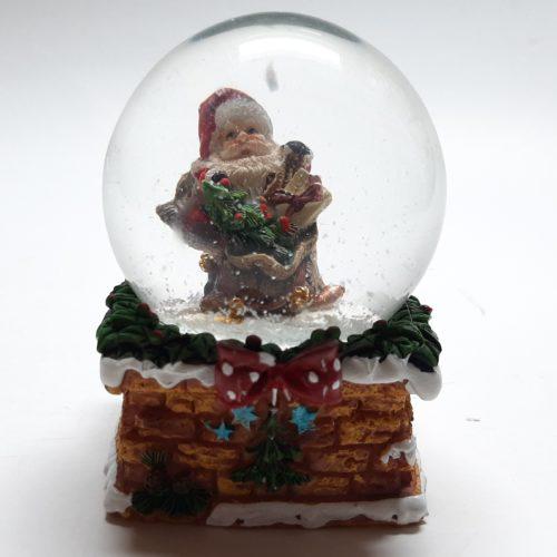 Sneeuwbol schoorsteen met cadeau en kerstboom