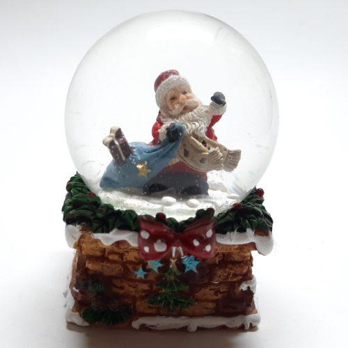 Sneeuwbol schoorsteen met kerstman met blauwe cadeau zak