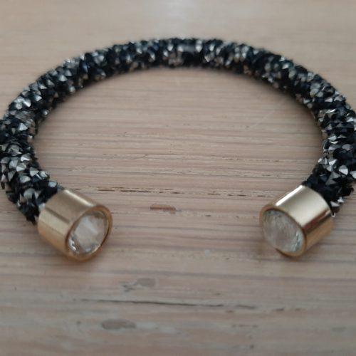 Enkele Maxima stijl braam armband in zwart met met heldere kraal in goudkleurige houder