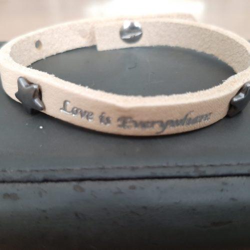 Armband Leder met tekst Love is everywhere