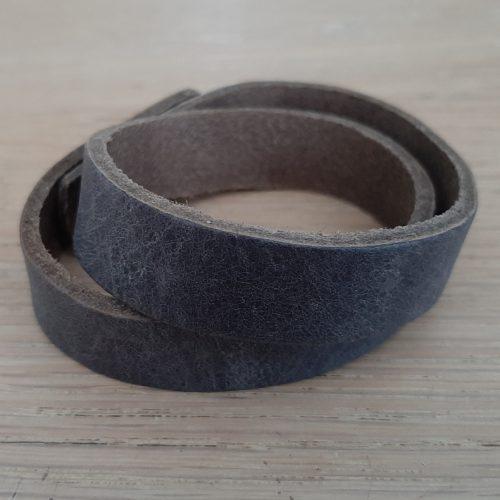 Lederen wikkelarmband grijs met drukkno0p sluiting