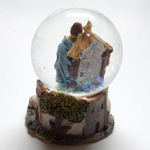 Schudbol kerst met kerststal Jozef Maria en het kindeke Jezus 2