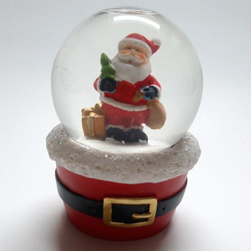 Sneeuwbol met rode voet met riem met daarop de kerstman met kerstboom 10cm