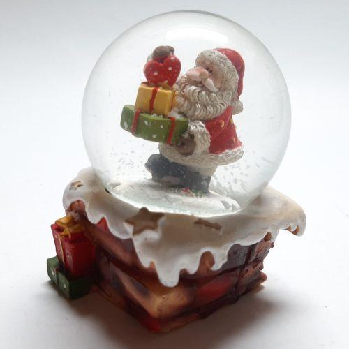 Sneeuwbol stenen schoorsteen met kerstman met stapel cadeaus