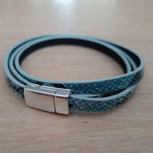 Wikkelarmband met slangenprint en magneet sluiting blauw