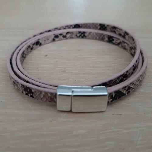 Wikkelarmband met slangenprint en magneet sluiting roze