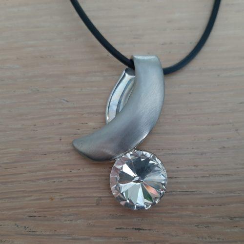 Zwarte kunststof ketting 43cm met zilverkleurige sluiting en hanger met facetgeslepen kristal