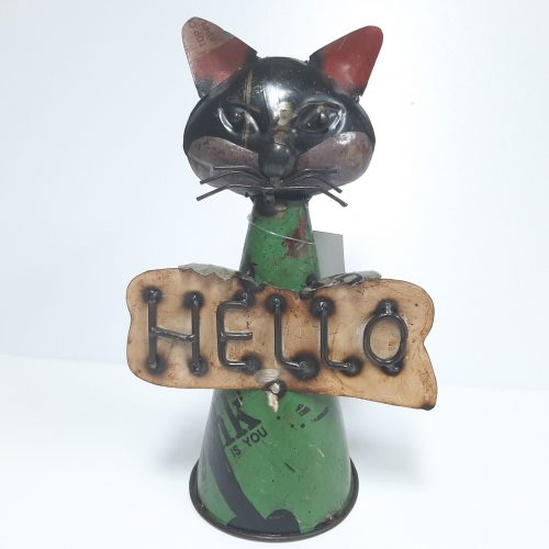 Metalen beeldje kat met welkomstbord Hello van gebruikte oliedrums by Varios