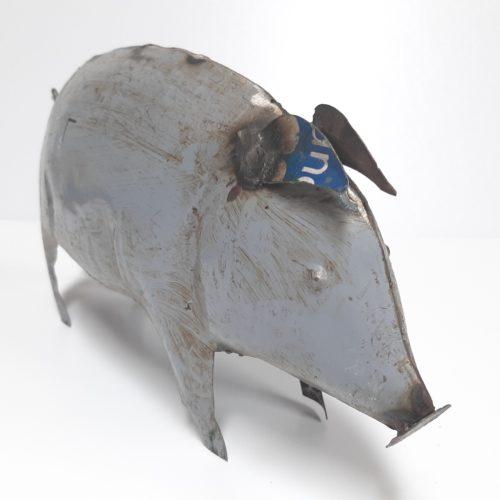 Metalen beeldje varken van gebruikte oliedrums by Varios