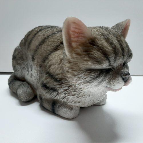 Beeldje kat grijs gestreept liggend en slapend
